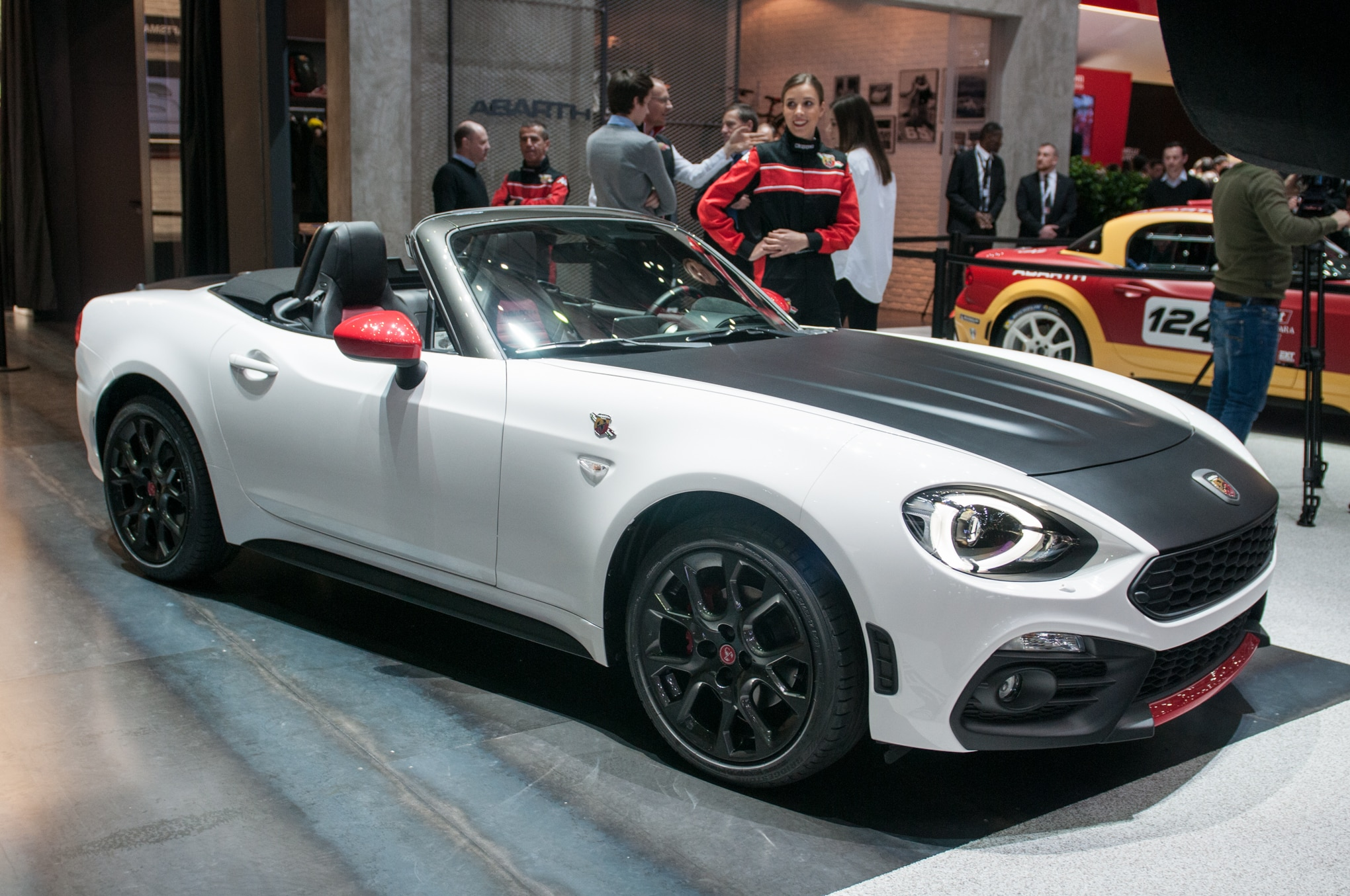 abarth 124 spider 2017 primer vistazo. Black Bedroom Furniture Sets. Home Design Ideas
