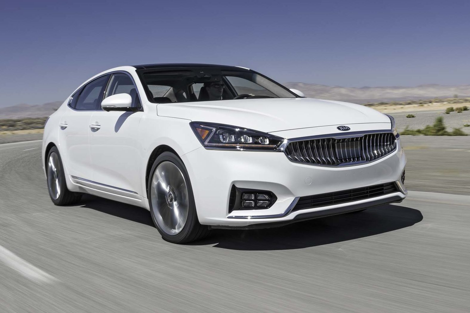 2017 Kia Cadenza SXL Front Three Quarter In Motion E1477931188112