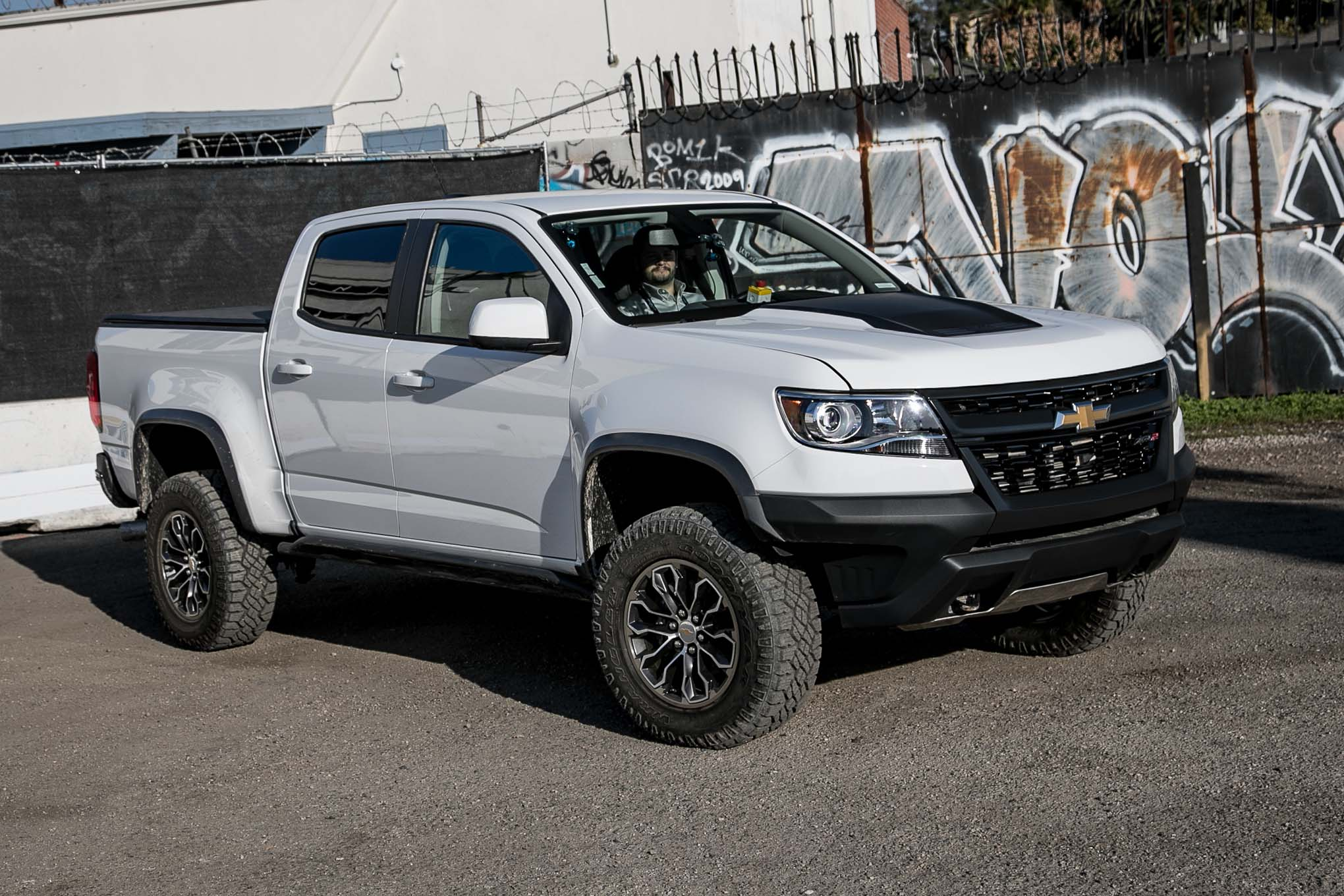 2017-Chevrolet-Colorado-ZR2-front-three-quarter-02