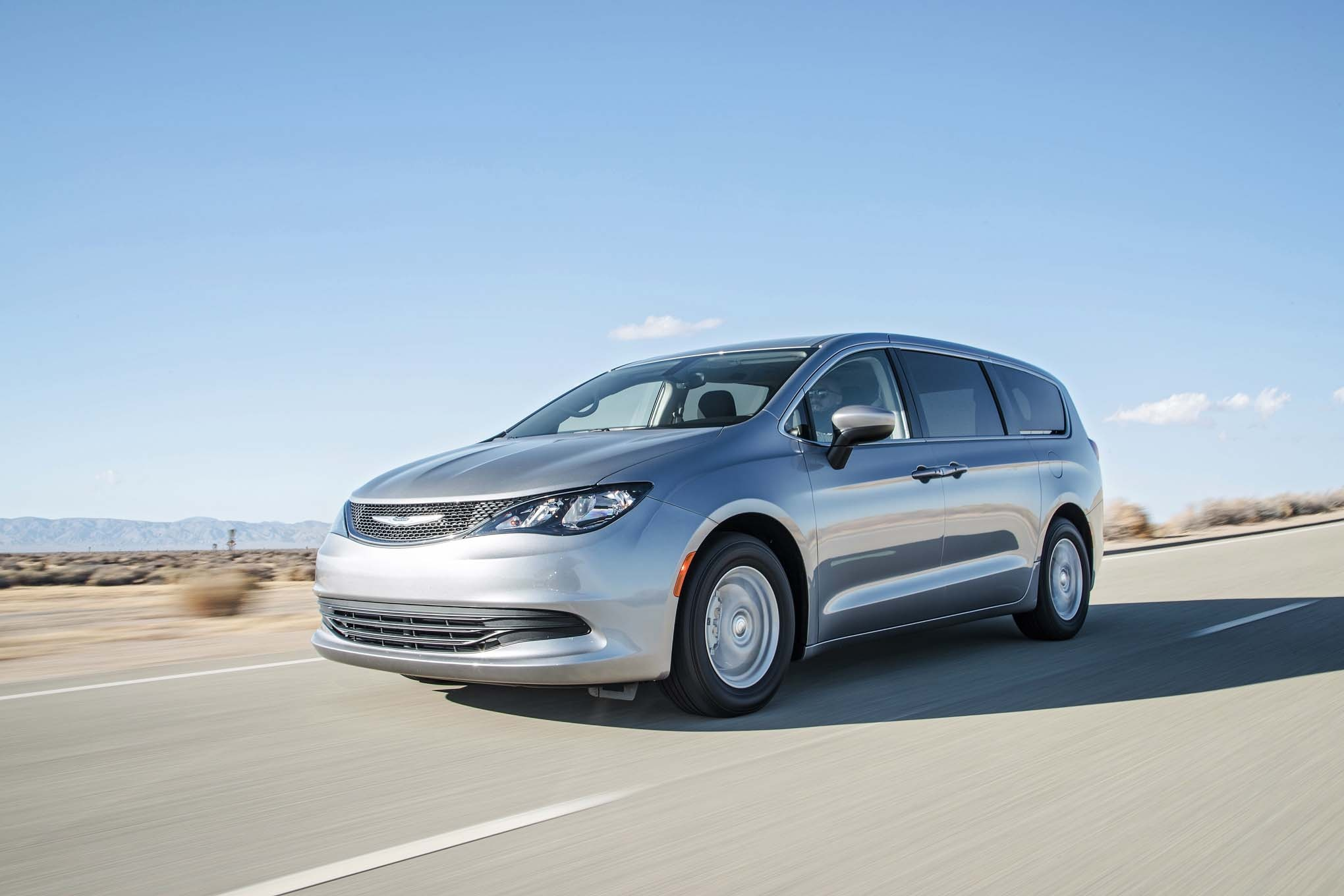 2017 Chrysler Pacifica Limited front three quarter in motion 04