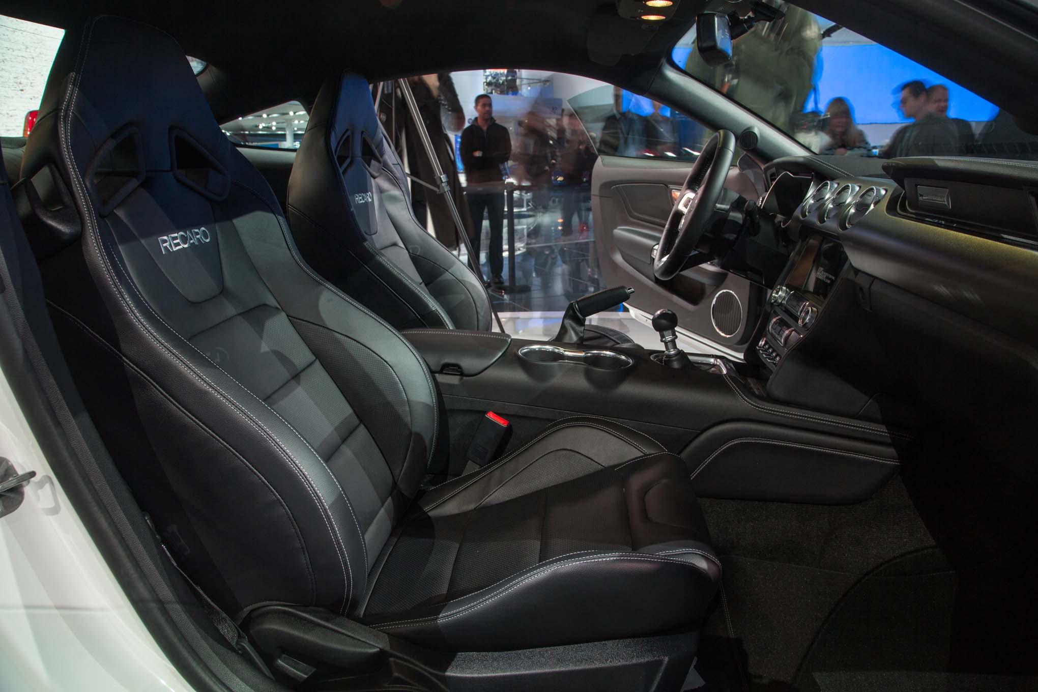 2018 Ford Mustang GT front interior seats - Motor Trend en ...