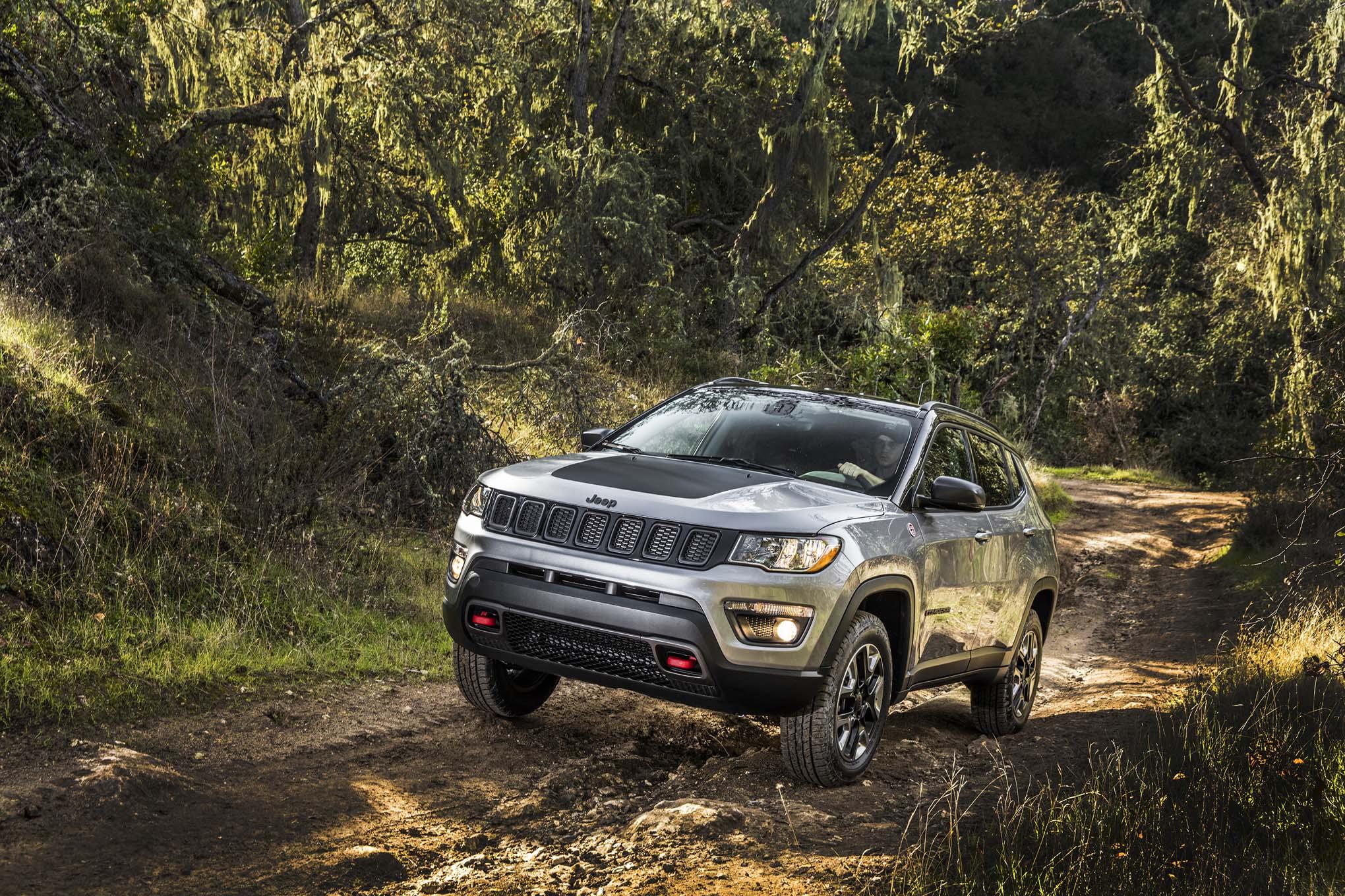2017 Jeep Compass Trailhawk Front Three Quarter 02