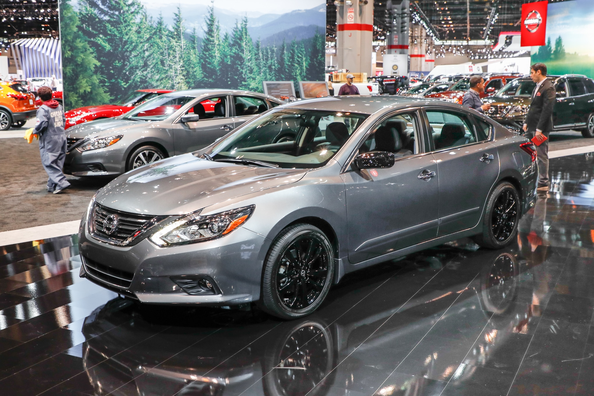 2017 Nissan Altima SR Midnight Edition front three quarter 2
