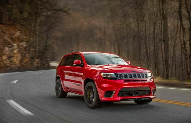 2018 Jeep Grand Cherokee Trackhawk front three quarter in motion 04