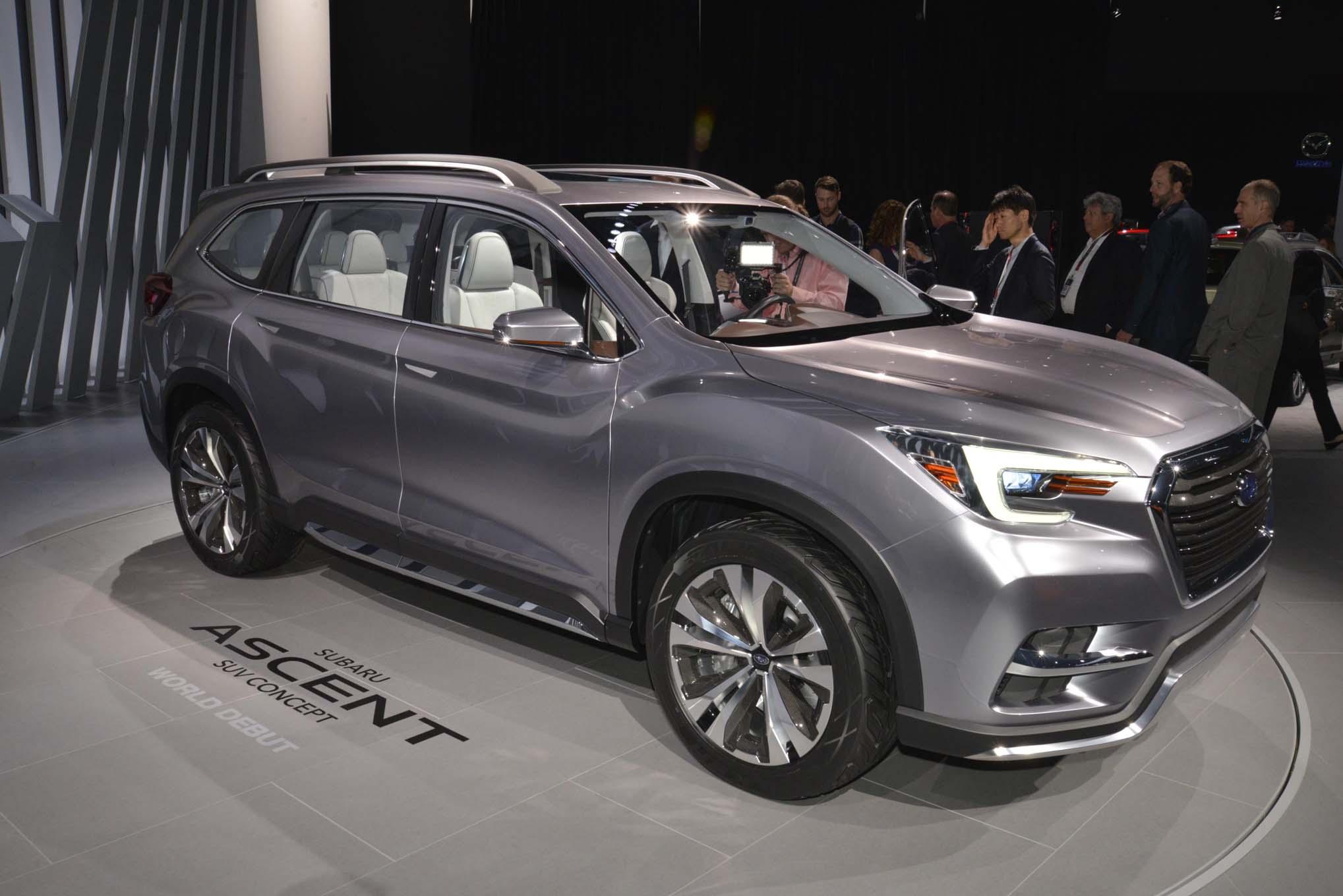 2019 Subaru Ascent front three quarter 02