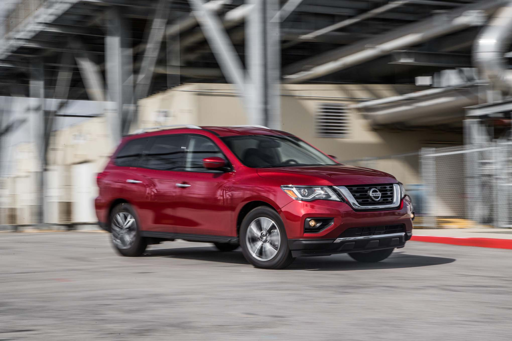 2017 Nissan Pathfinder SV 4WD front three quarter turn 02