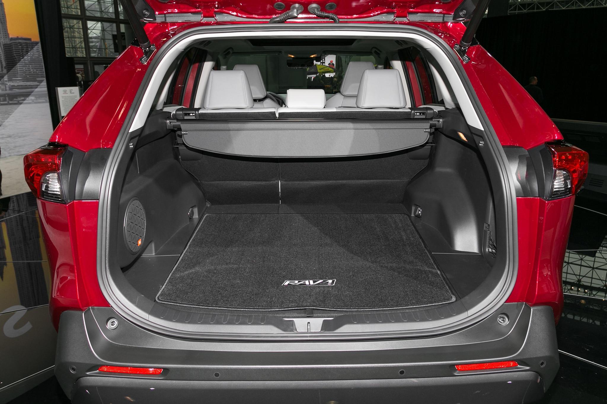 2019 Toyota RAV4 cargo 04 - Motor Trend en Español
