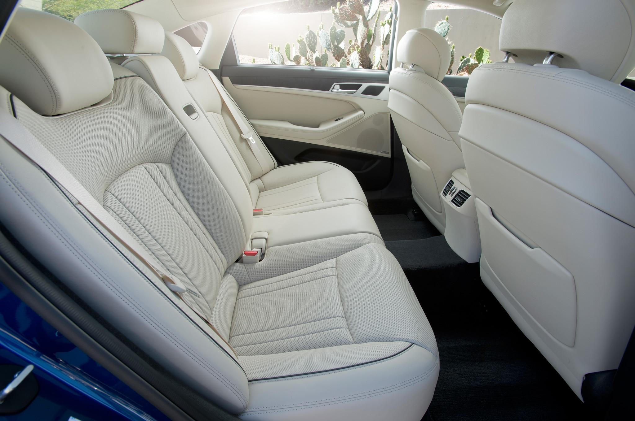2015 Hyundai Genesis Sedan Interior Rear Seat Motor Trend En Espanol