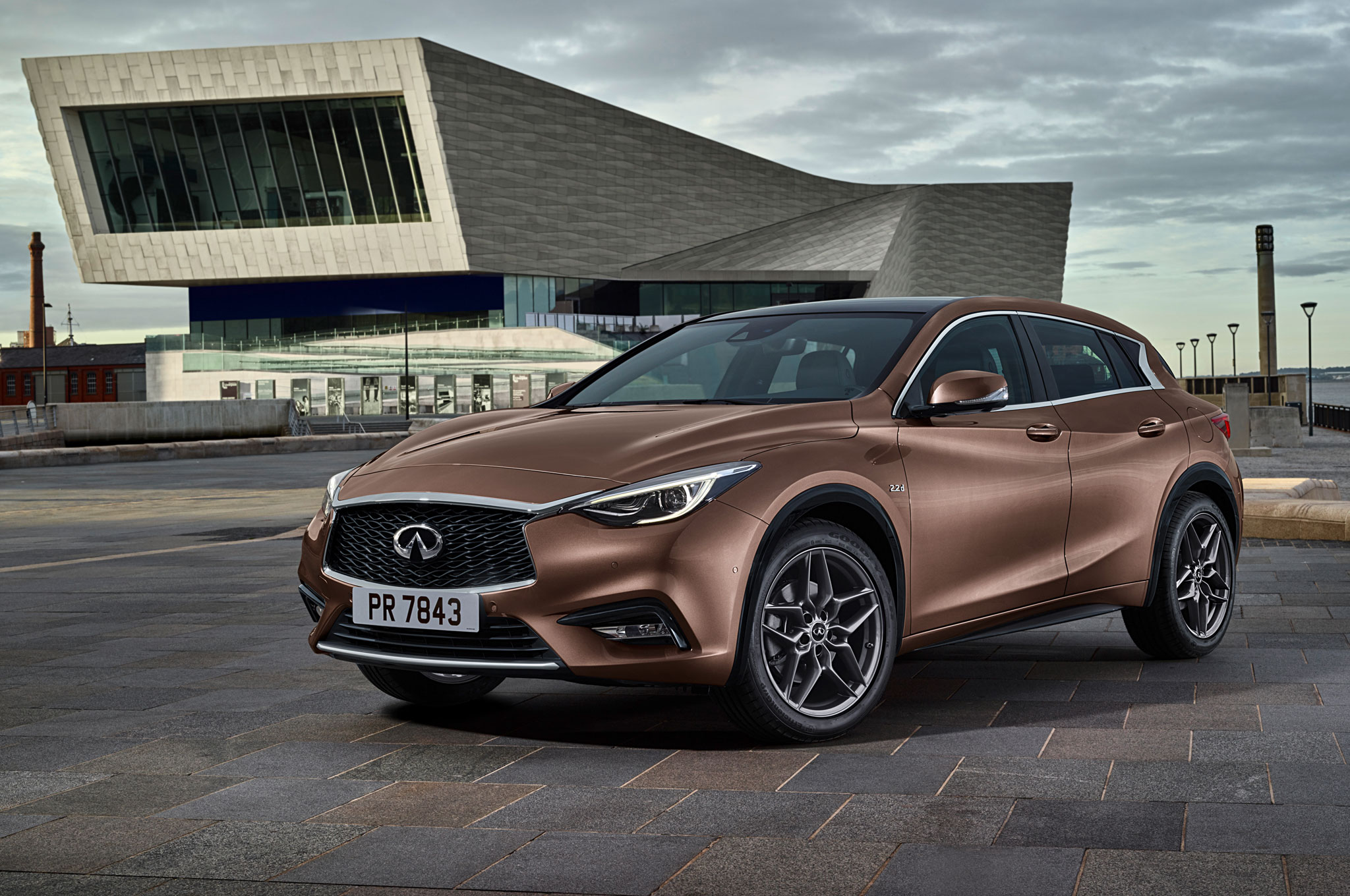 2017 Infiniti Q30 Luxury Hatchback Front Three Quarter 02