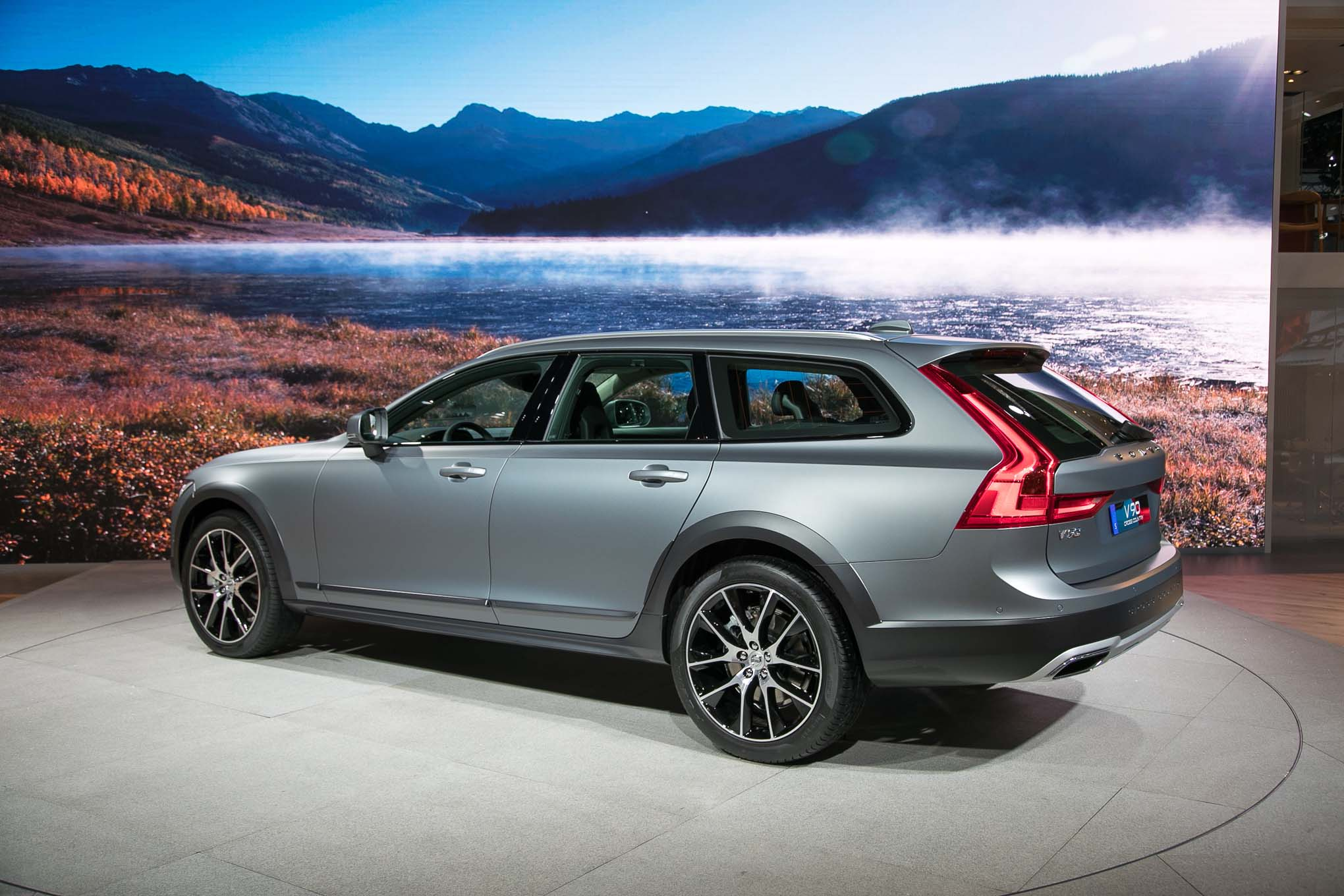 2017 Volvo V90 Cross Country Rear Three Quarter Motor Trend En Espanol