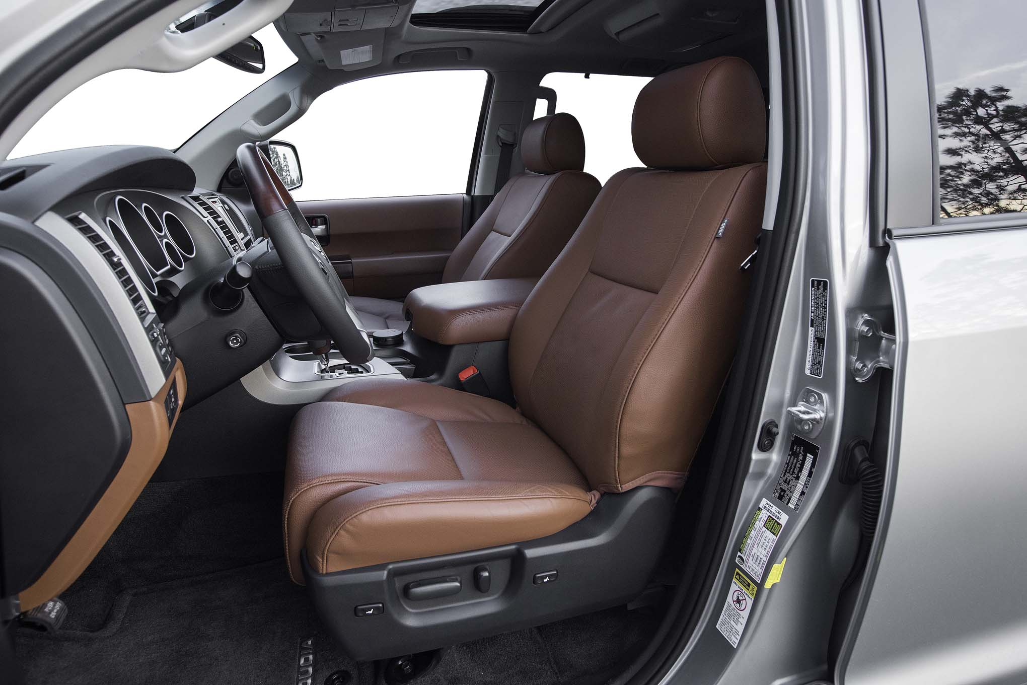 2017-Toyota-Sequoia-4×4-Platinum-front-interior-seats