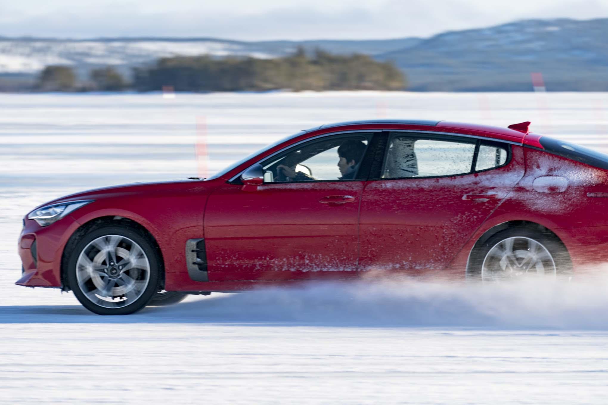 Circuito Kia 2018 : Kia stinger winter drive side in motion motor trend en