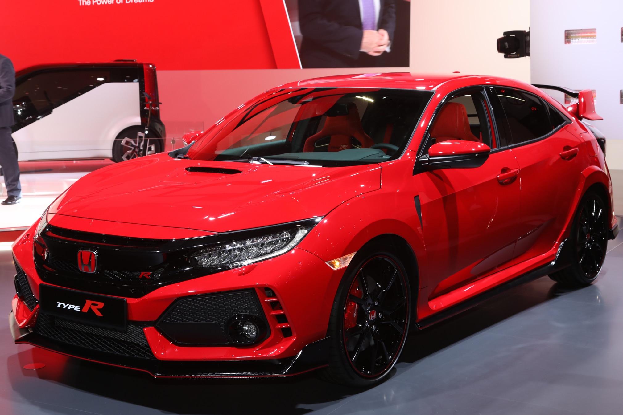 2017 Honda Civic Type R front three quarter 02