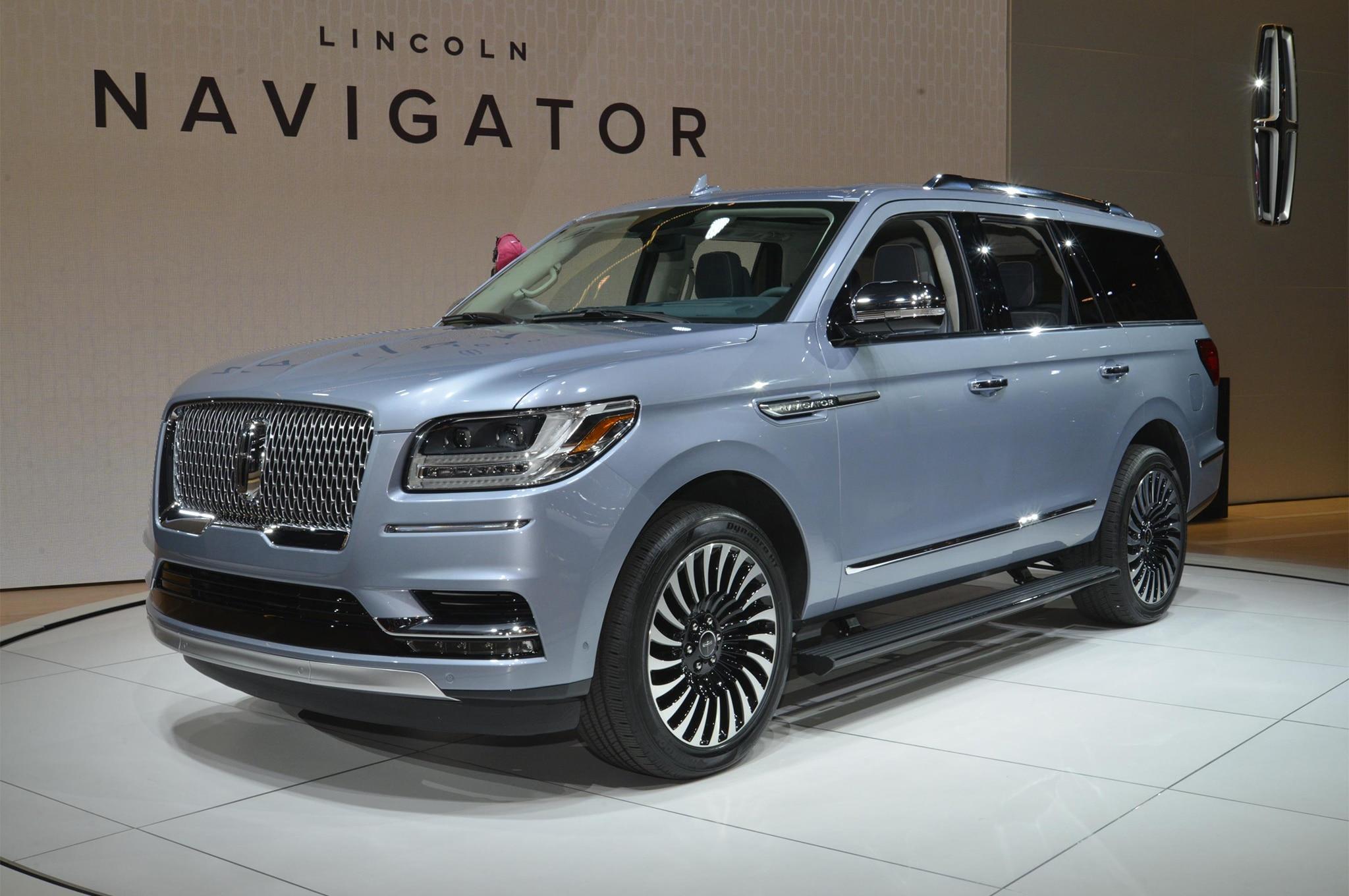 2018 Lincoln Navigator front three quarter 06