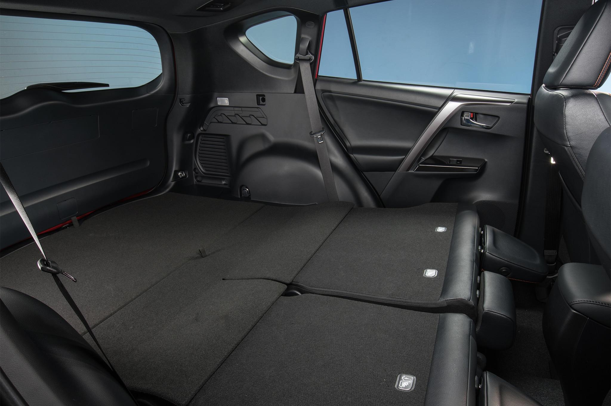 2017 Toyota RAV4 SE seats folded down - Motor Trend en Español