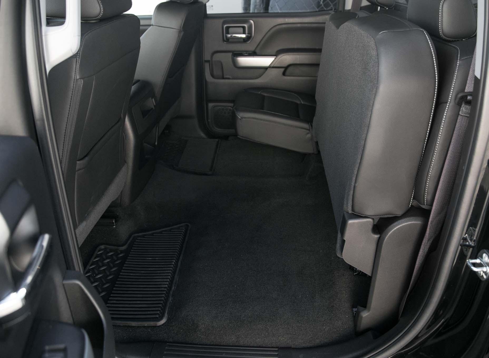 2017 Chevrolet Silverado 2500HD 4WD Z71 LTZ rear interior seats up - Motor Trend en Español