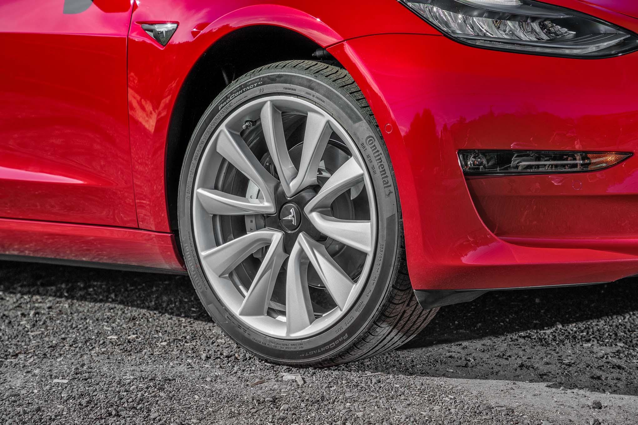 Tesla model 3 wheels motor trend en espa ol for Motor trend model 3