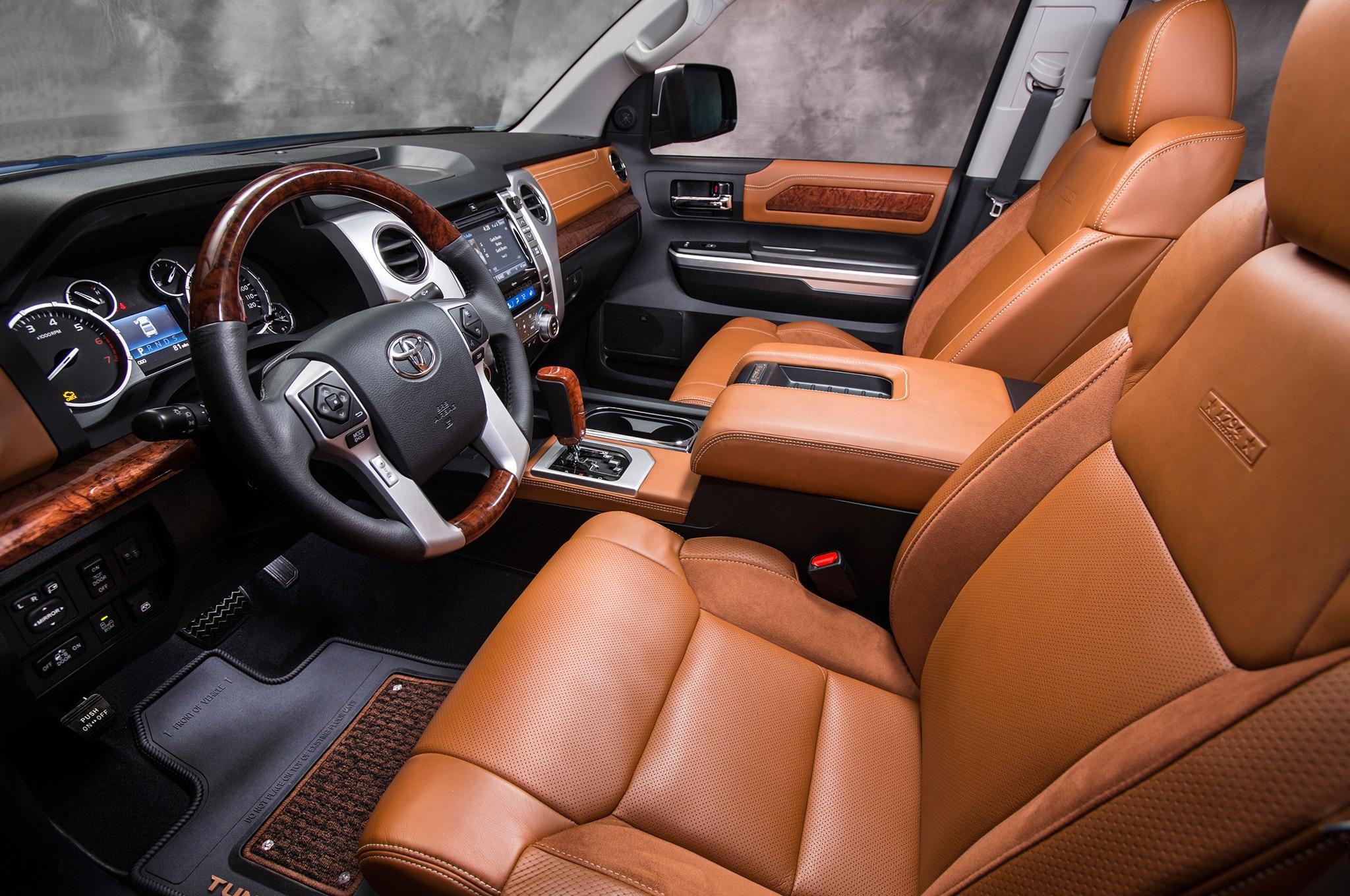 2017 Toyota Tundra 1794 front interior seats - Motor Trend en Español