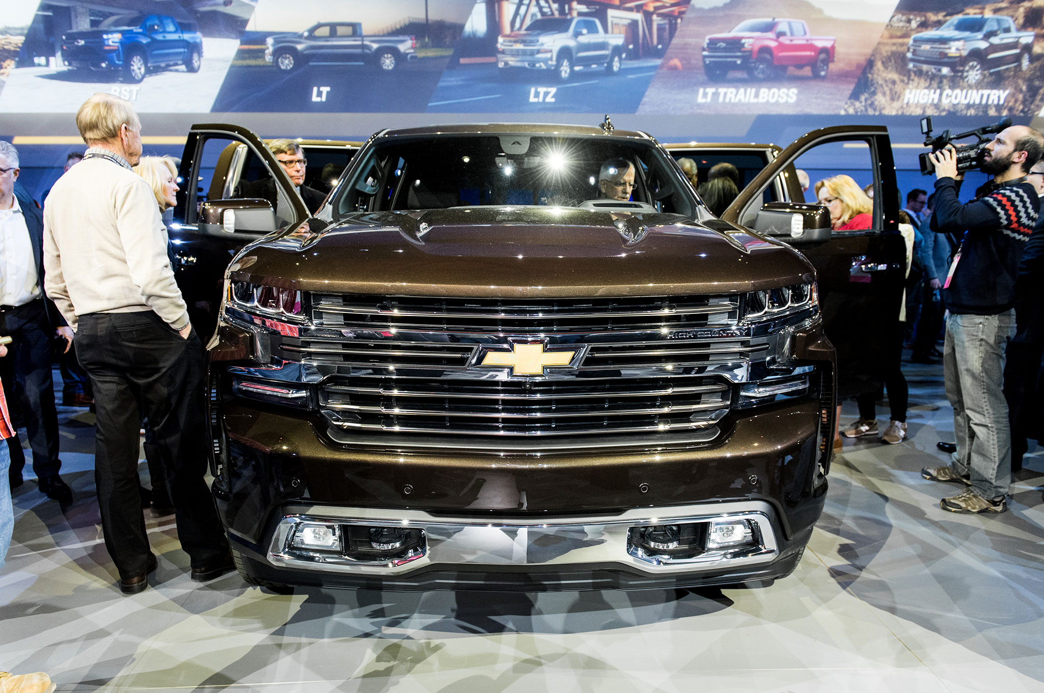 2019 Chevrolet Silverado 1500 High Country front view on ...